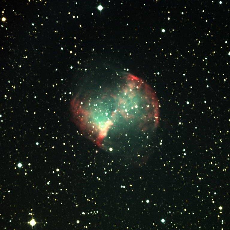 Detta anche Dumbbell Nebula, una brillante nebulosa planetaria visibile nella costellazione della Volpetta